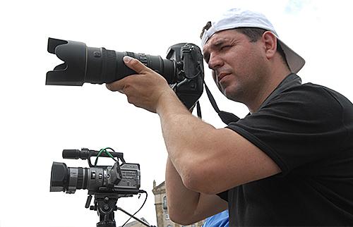 Бленда на объективе фотоаппарата предотвращает появление бликов на фото